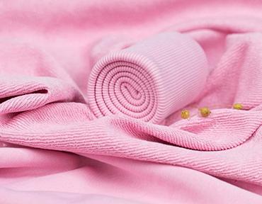 Верхняя нить петляет с изнанки ткани